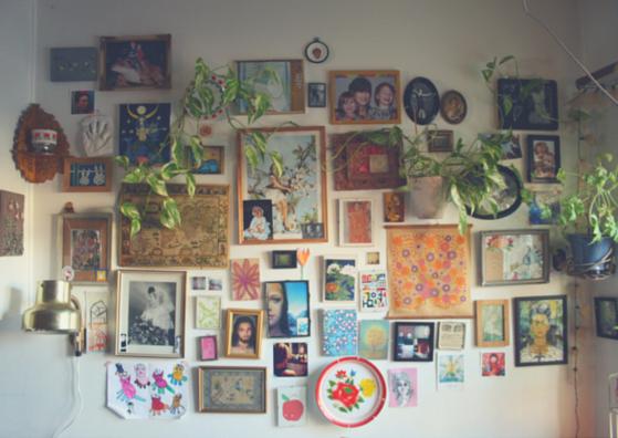 en tavelvägg med massor av olika tavlor