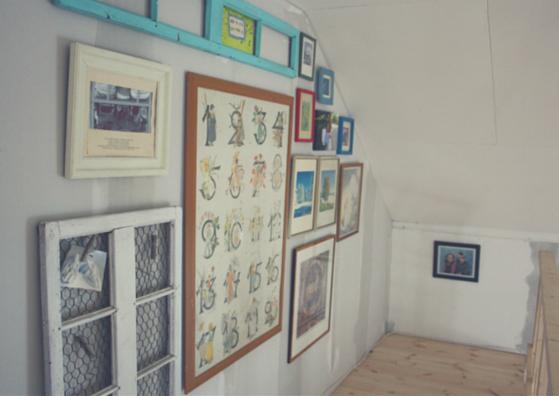 tavelvägg med tavlor från golv till tak